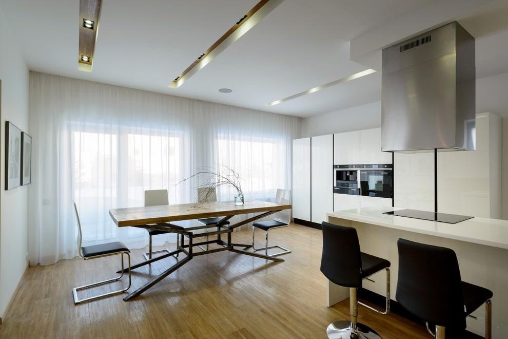 белая кухня оформление потолка