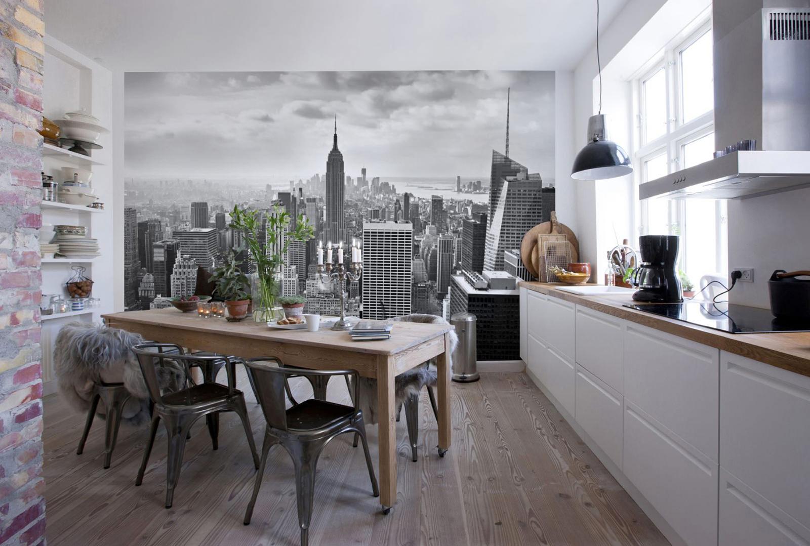 белая кухня с фотообоями и крашеным потолком