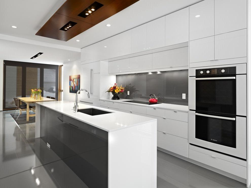 белая кухня с плиткой на полу