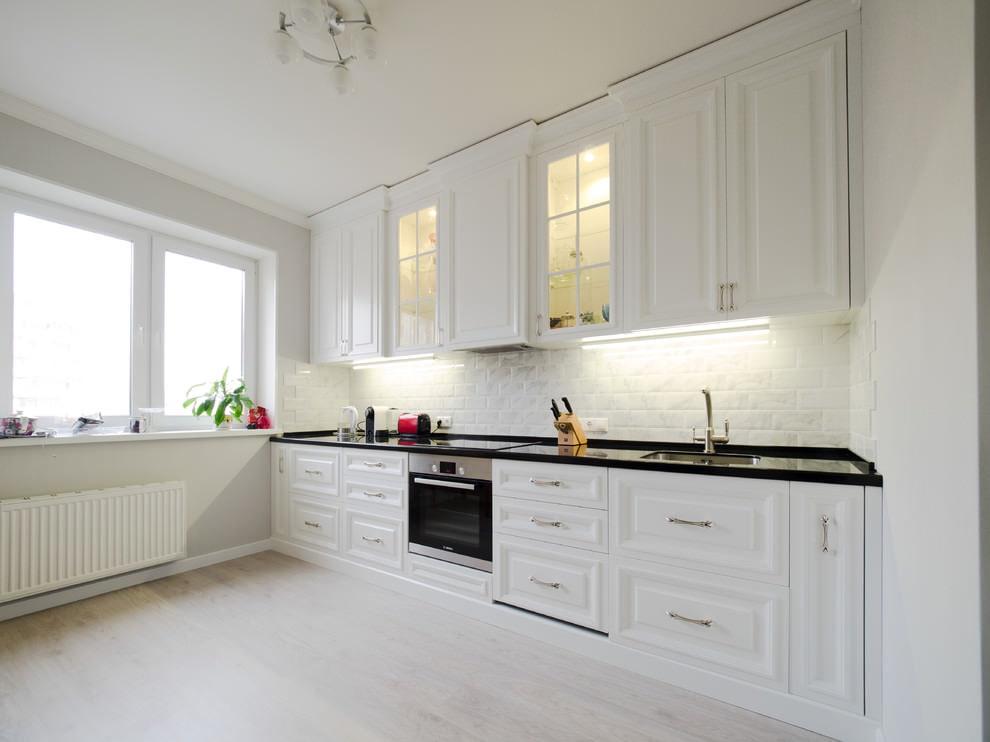 белая кухня со светлым ламинатом