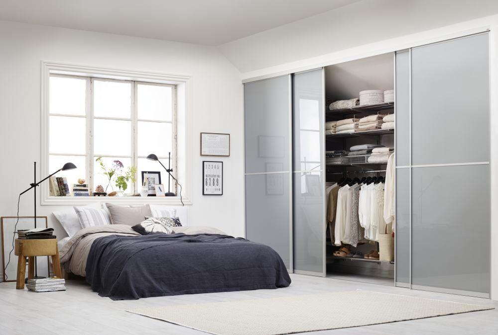 гардеробная в спальне с раздвижными дверцами