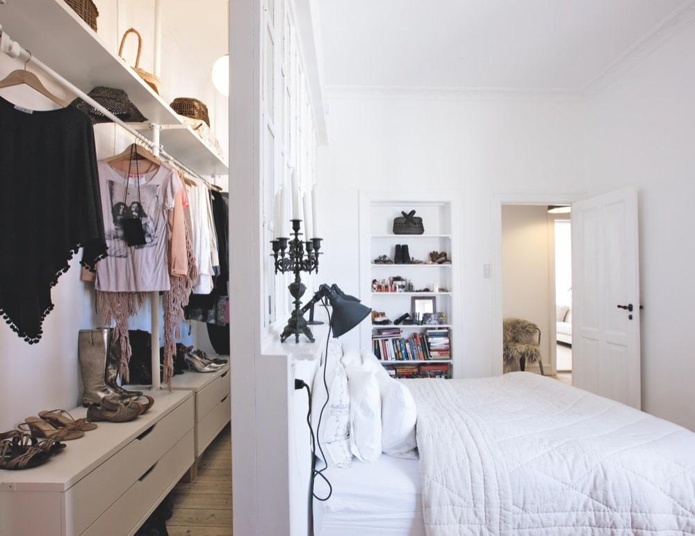 гардеробная в спальне за изголовьем кровати