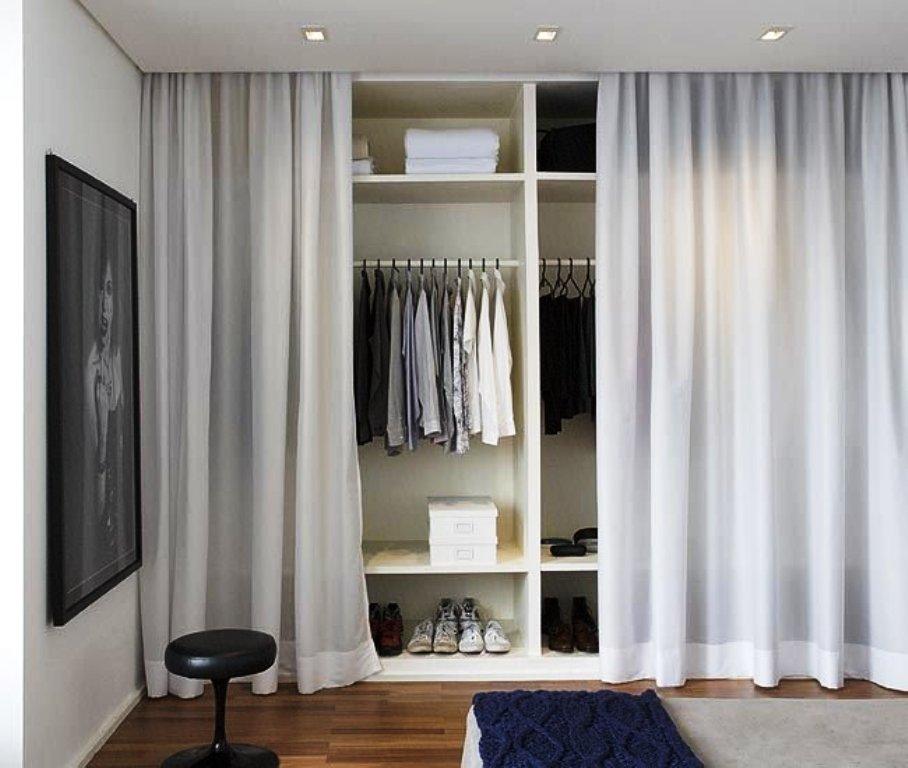 гардеробная в спальне за легкой шторой