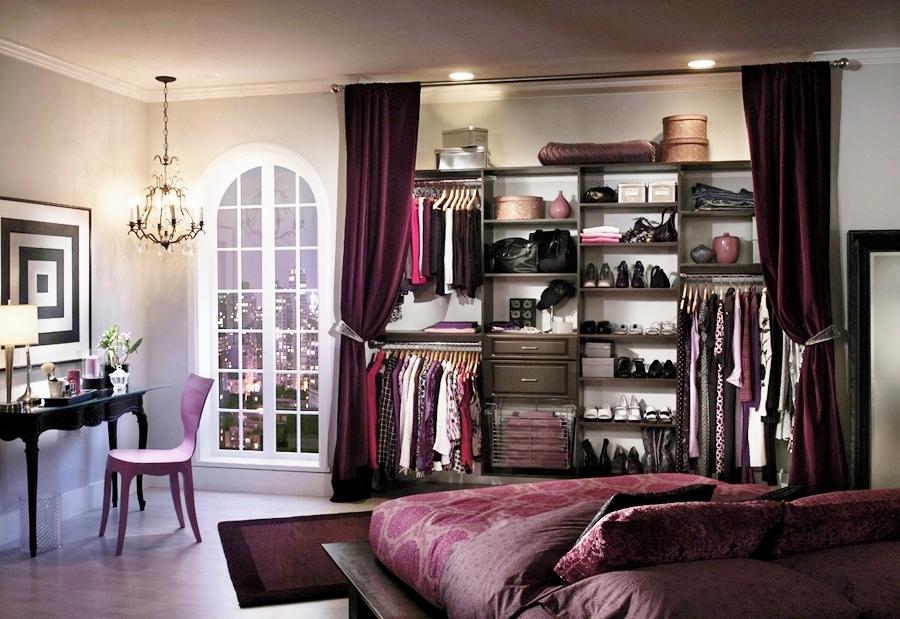 гардеробная в спальне за шторой