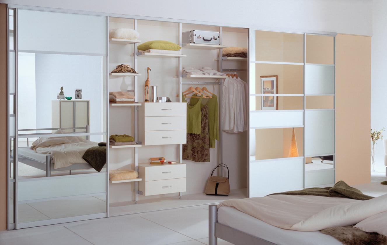 гардеробная в светлой спальне