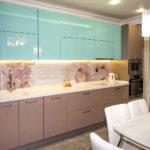 кухня ванильного цвета с голубым