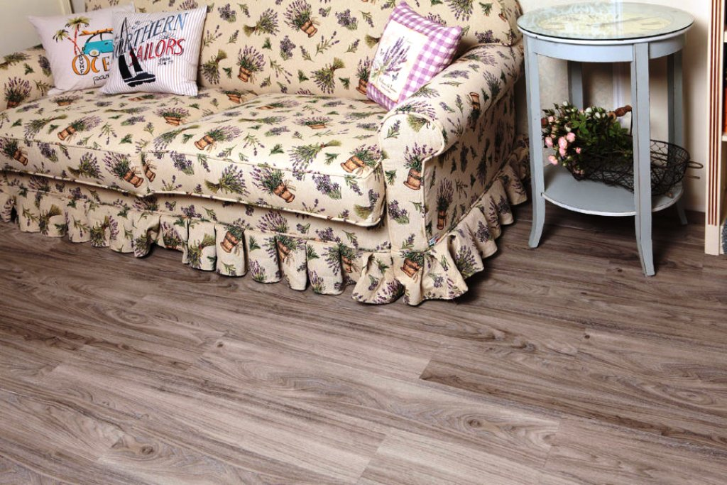 кварц-виниловая плитка на полу в гостиной