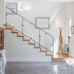 лестница на второй этаж в частном доме оформление фото