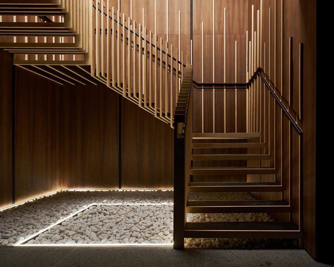 лестница на второй этаж в частном доме из дерева