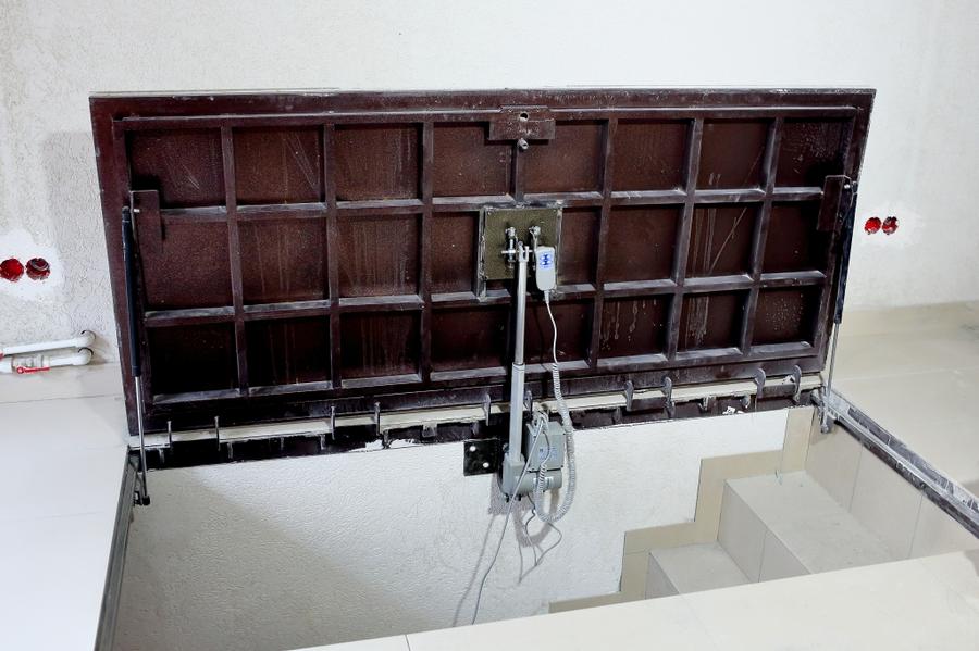 люк в подвал с электроприводом