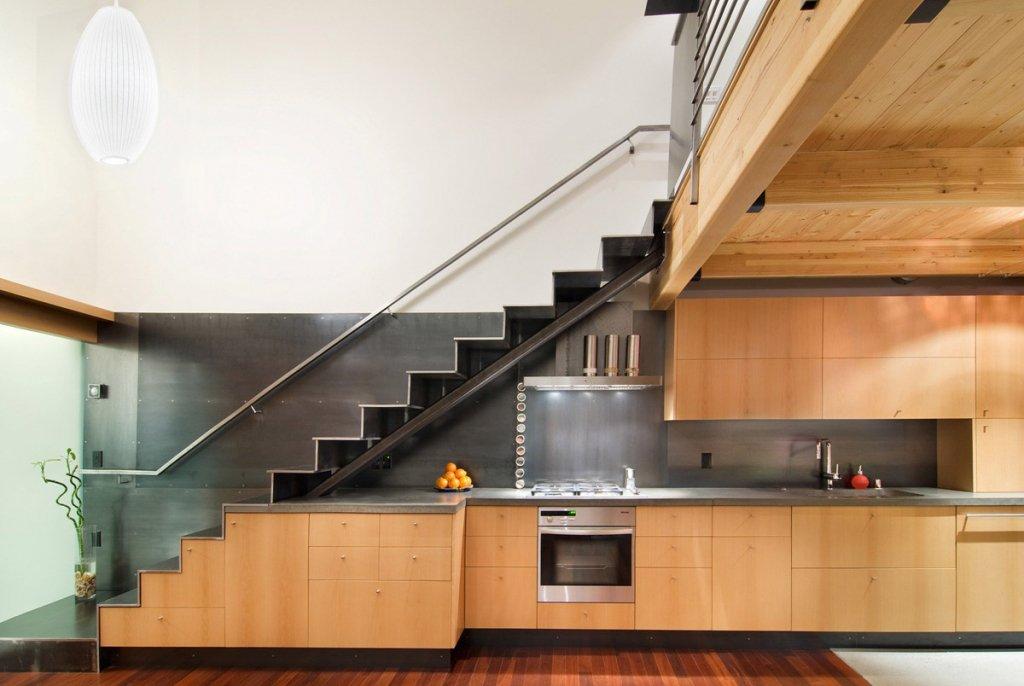 металлическая лестница на второй этаж в частном доме