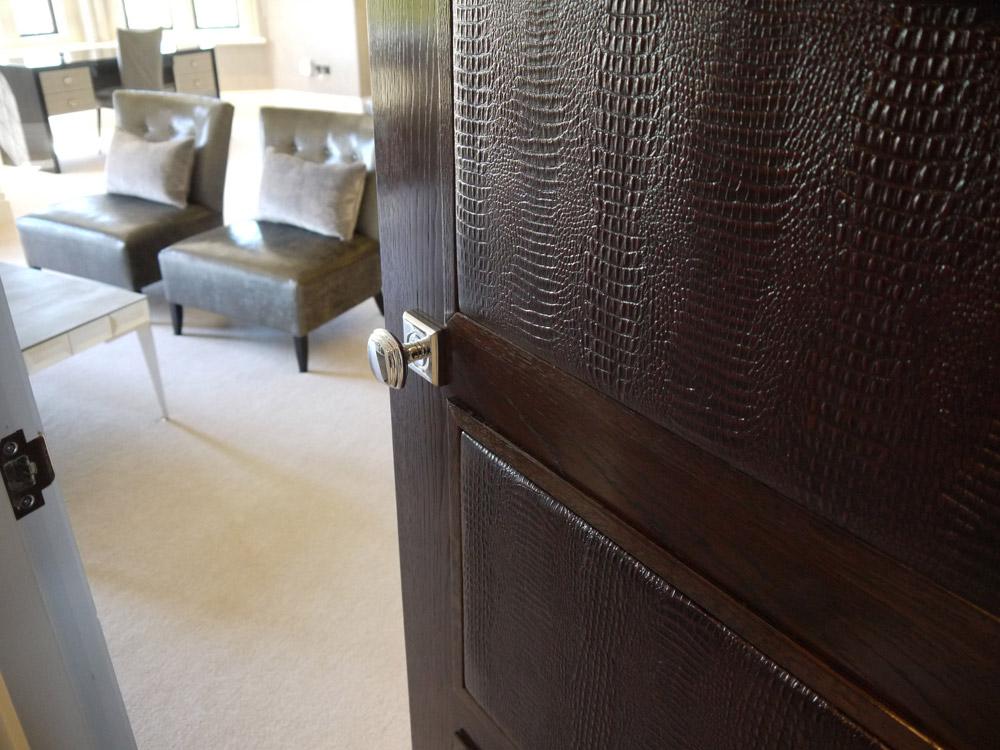 отделка входной двери кожей