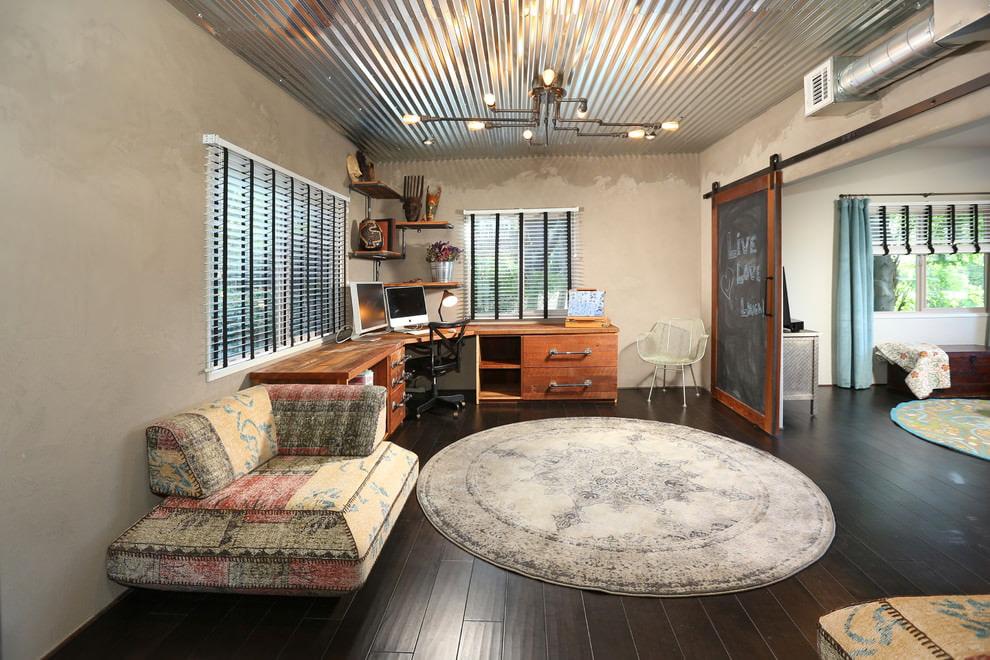 потолок в стиле лофт с железными конструкциями