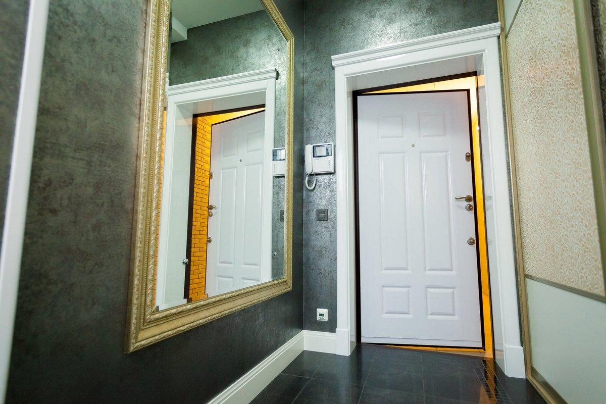 прихожая со светлой дверью