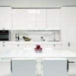 современная белая кухня оформление фото