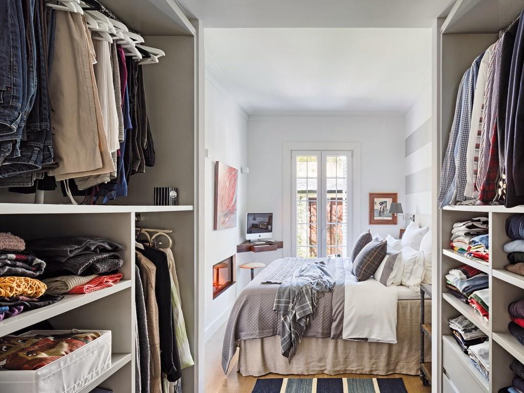 вход через гардеробную в спальне