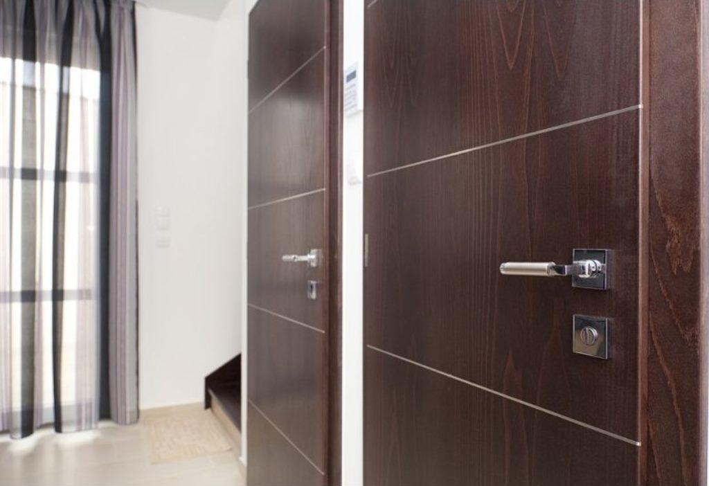 входная дверь в квартиру с отделкой ламинатом