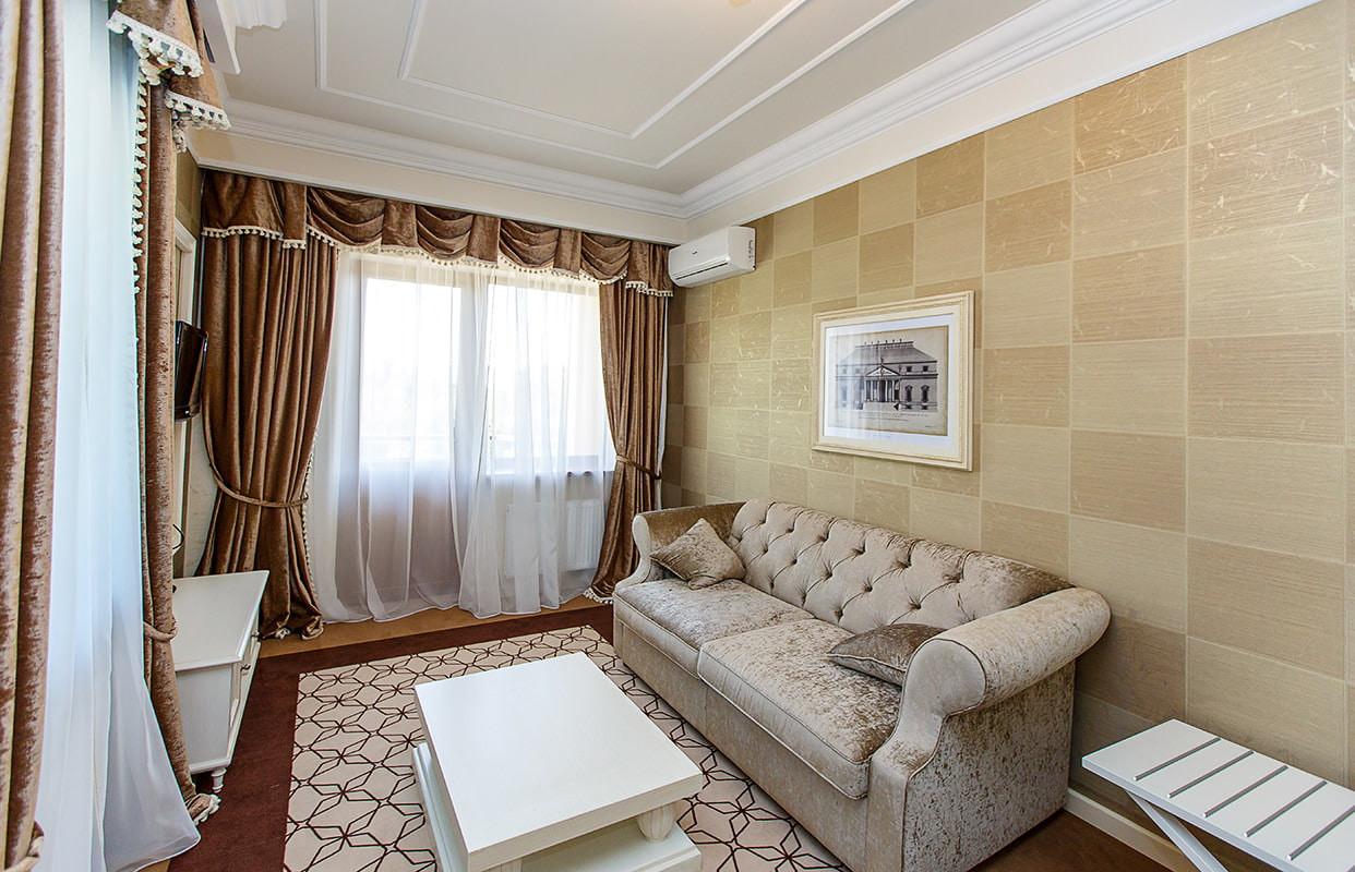 коричневые виниловые обои в гостиной