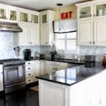 белая кухня с чёрной столешницей фото декор