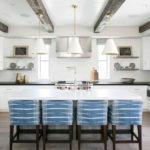белая кухня с чёрной столешницей декор идеи