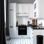 белая кухня с чёрной столешницей идеи декор