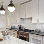 белая кухня с чёрной столешницей идеи декора