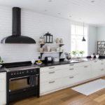 белая кухня с чёрной столешницей интерьер