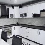 белая кухня с чёрной столешницей идеи