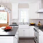 белая кухня с чёрной столешницей интерьер фото