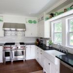 белая кухня с чёрной столешницей фото интерьер