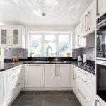 белая кухня с чёрной столешницей фото интерьера