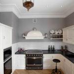 белая кухня с чёрной столешницей интерьер идеи