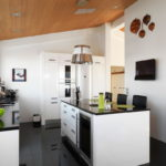 белая кухня с чёрной столешницей идеи интерьер