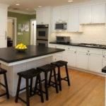 белая кухня с чёрной столешницей оформление фото