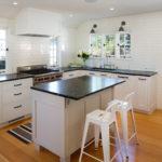 белая кухня с чёрной столешницей идеи фото