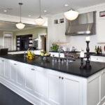 белая кухня с чёрной столешницей идеи оформление