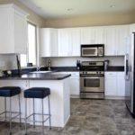 белая кухня с чёрной столешницей идеи оформления