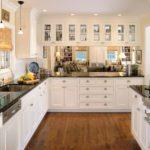 белая кухня с чёрной столешницей идеи варианты