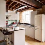 белая кухня с чёрной столешницей фото идеи