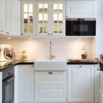 белая кухня с чёрной столешницей виды фото