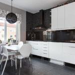 белая кухня с чёрной столешницей фото дизайн