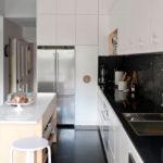 белая кухня с чёрной столешницей дизайн фото