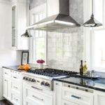 белая кухня с чёрной столешницей дизайн идеи