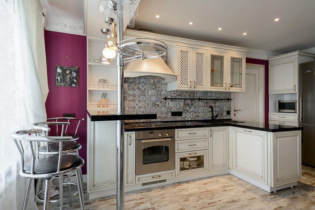 белая кухня с чёрной столешницей дизайн