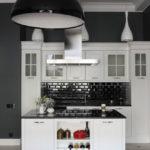белая кухня с чёрной столешницей фото дизайна