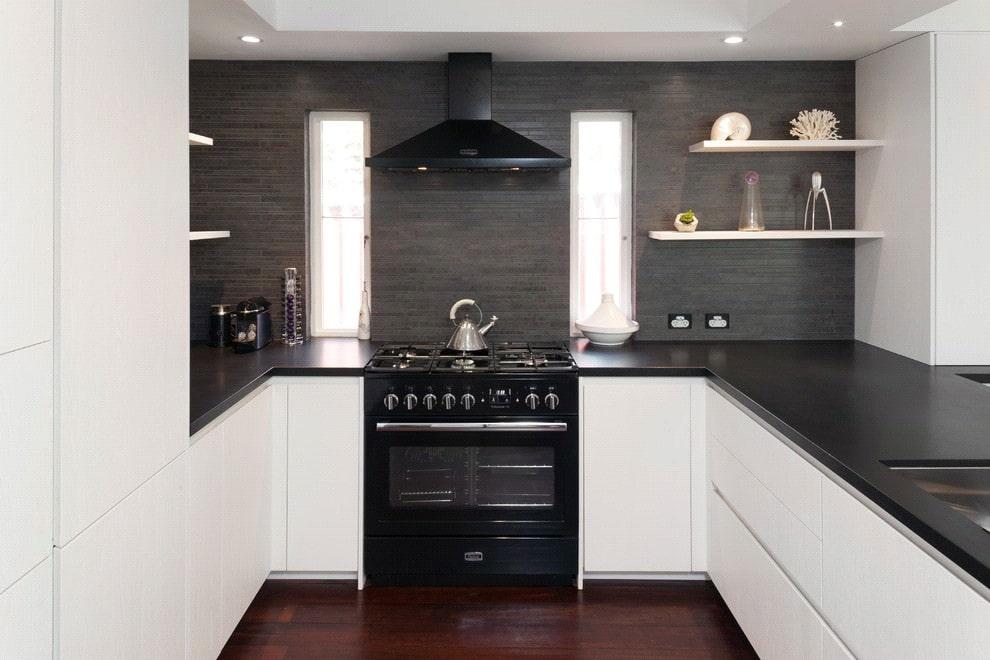 белая кухня с чёрной столешницей фото
