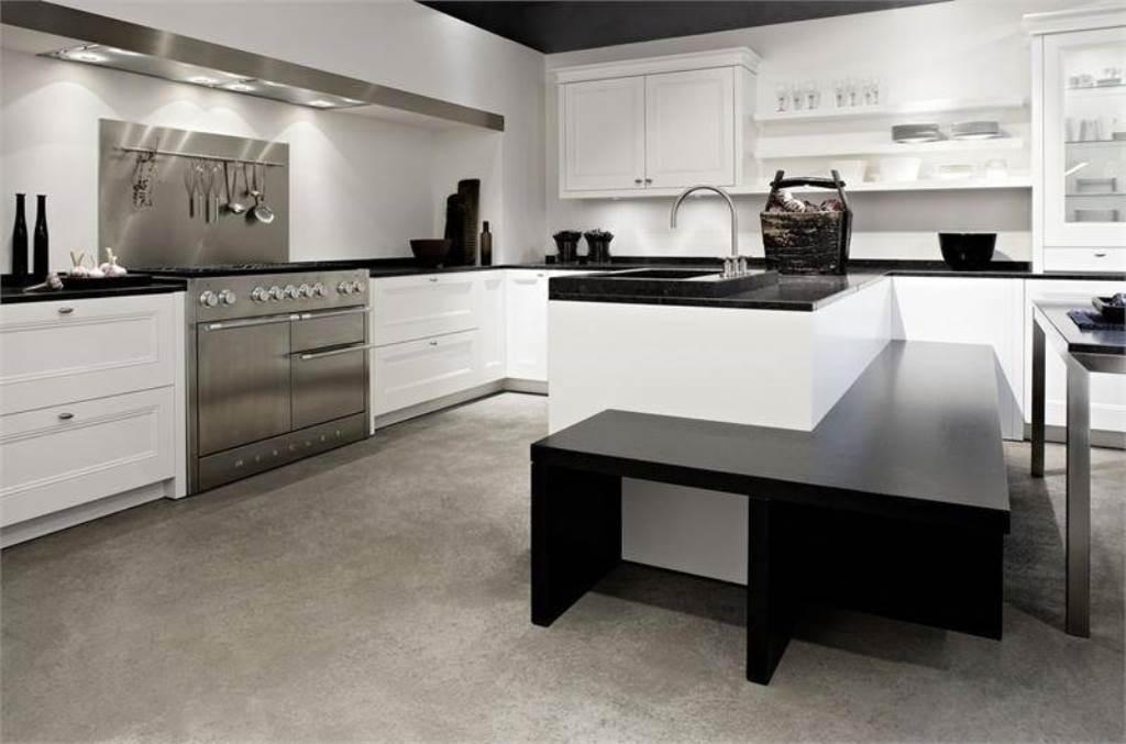 белая кухня с чёрной столешницей хай тек