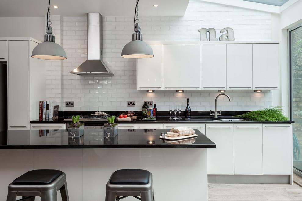 белая кухня с чёрной столешницей идеи дизайн