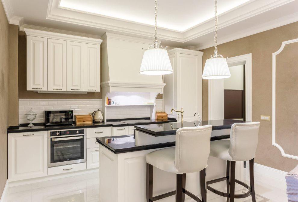 белая кухня с чёрной столешницей идеи дизайна