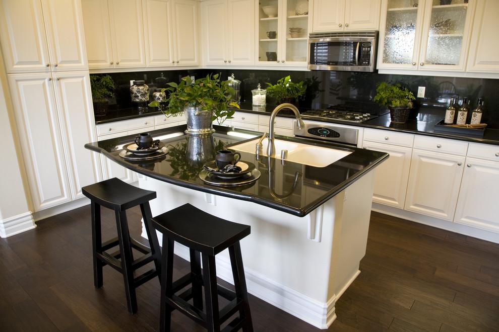 белая кухня с чёрной столешницей из камня фото